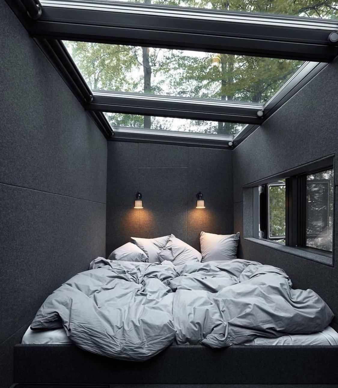 Wenn der Schlaf tief und regenerierend sein soll, braucht es ein entsprechendes Umfeld. Dieses Schlafzimmer bietet zuwenig Ruhe und Stabilität.